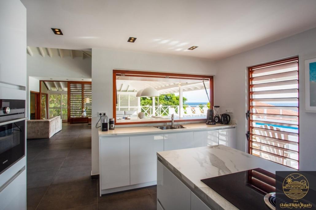 Vakantievilla Curacao huren? De keuken met de tafel onder de veranda