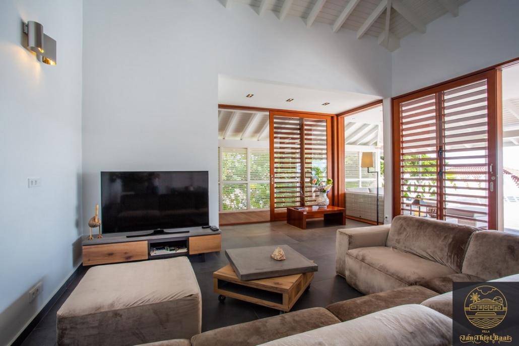 Vakantievilla Curacao huren? De modern ingericht woonkamer van de villa