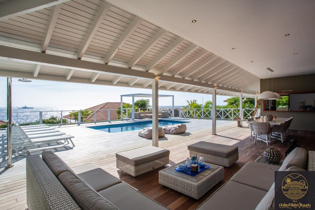 Vakantievilla Curacao huren? Fraaie L-bank lounge onder de veranda