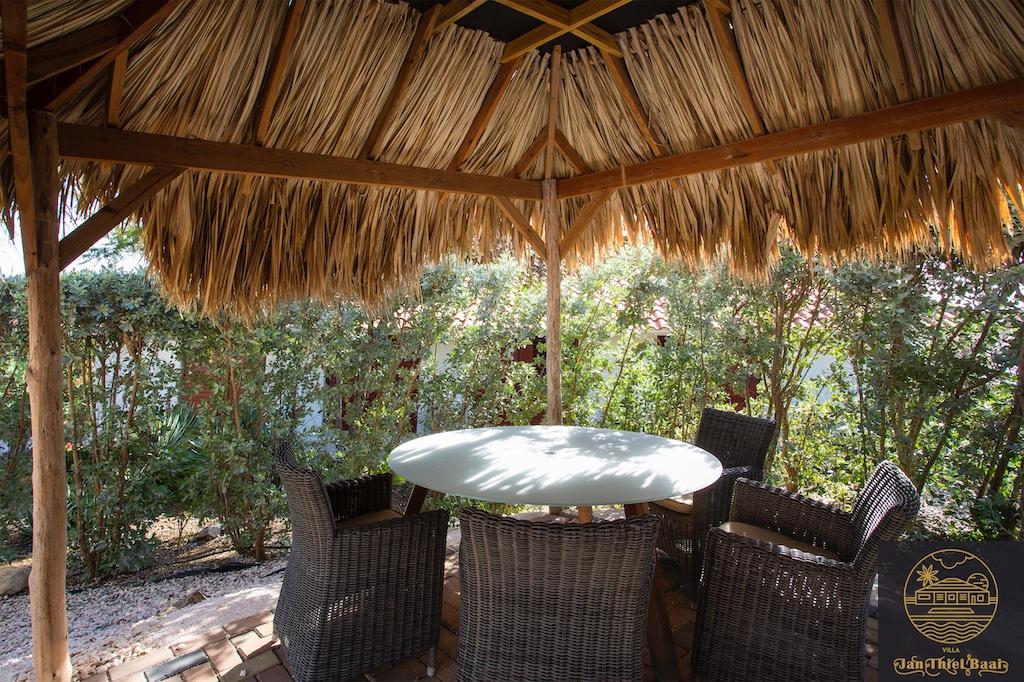 Vakantievilla Curacao huren? Typisch curaçao terras met riet