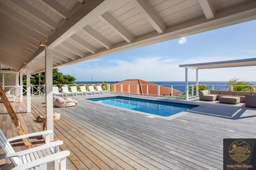 Vakantievilla Curacao huren? Fraai uitzicht op zee vanuit het zwembad