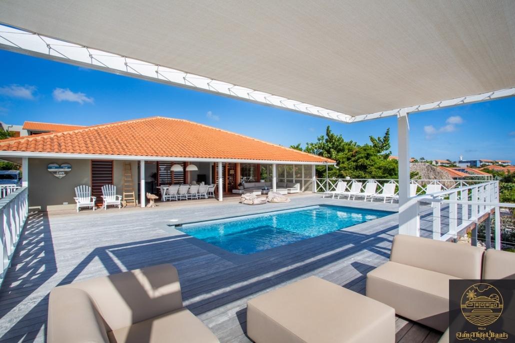 Vakantievilla Curacao huren? Lounge shot waar je heerlijk kunt ontspannen in de ochtend en avond