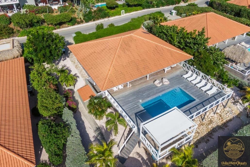 Vakantievilla Curacao huren? Drone shot van de villa van bovenaf