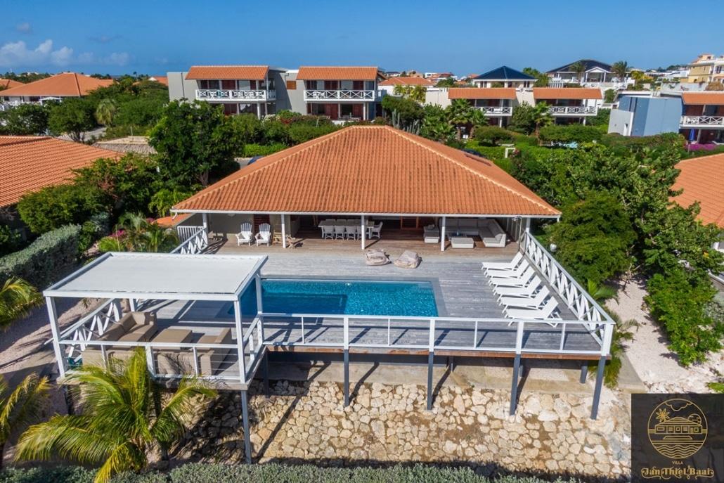 Vakantievilla Curacao huren? Een drone foto van de villa waarop je het terras en het zwembad kunt zien